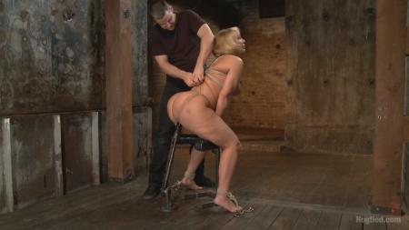 Связанную женщину пытают мастурбацией