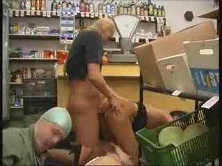 Изнасиловали в продуктовом магазине