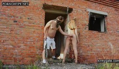 Маньяк извращенец связал жертву и трахает в заброшенном доме