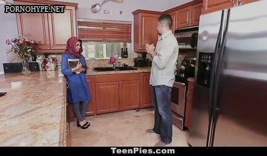 Мужик уговорил мусульманку пососать ему член и сглотнуть сперму